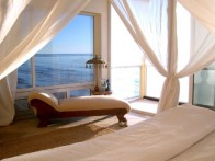 beach-bedroom-with-gauzy-canopy-520x390