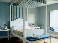 Litt som denne - bare i hvitt og minus det som henger ned bak senga og stolpene :-)