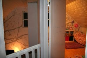 Hvor det før var hems, er det nå et fint jenterom for våre to prinsesser. Fototapeten Shadow light fortsetter fra veggen i stua.
